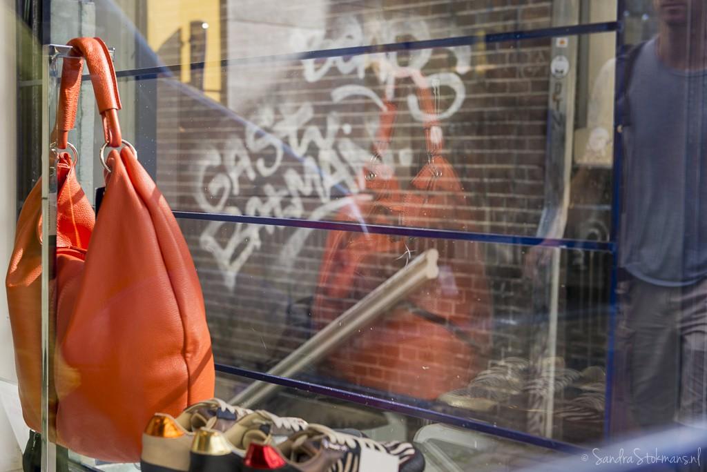 Reflectie van mooie oranje tas en woorden Gast en Batman winkelraam Lijnmarkt Utrecht, FotoJam 2015, by Sandra Stokmans