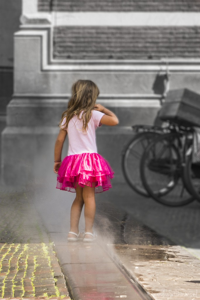 Meisje gefascineerd door stoom bij Domplein in Utrecht, FotoJam 2015, straatfotografie, by Sandra Stokmans