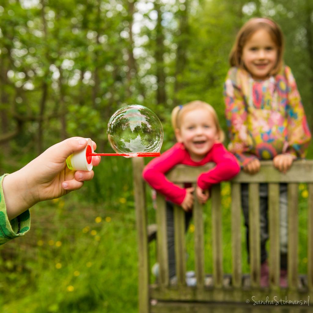 Spelen tijdens fotoshoot voor foto voor de kaft optie, door Sandra Stokmans