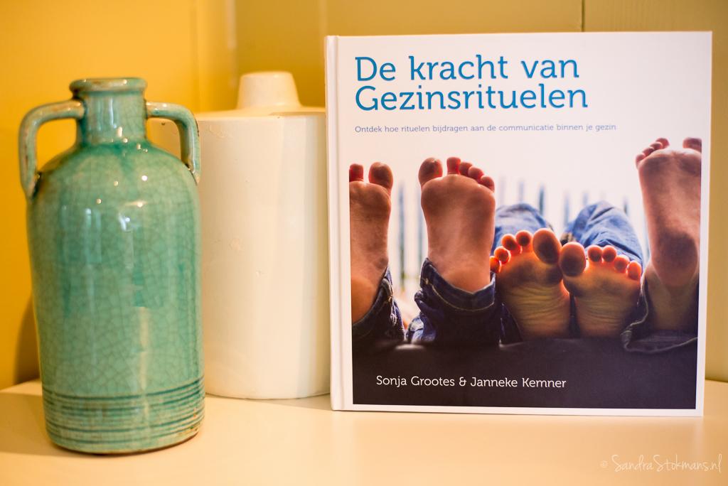 Het boek de kracht van Gezinsrituelen van Inspirituals met foto's door Sandra Stokmans Fotografie