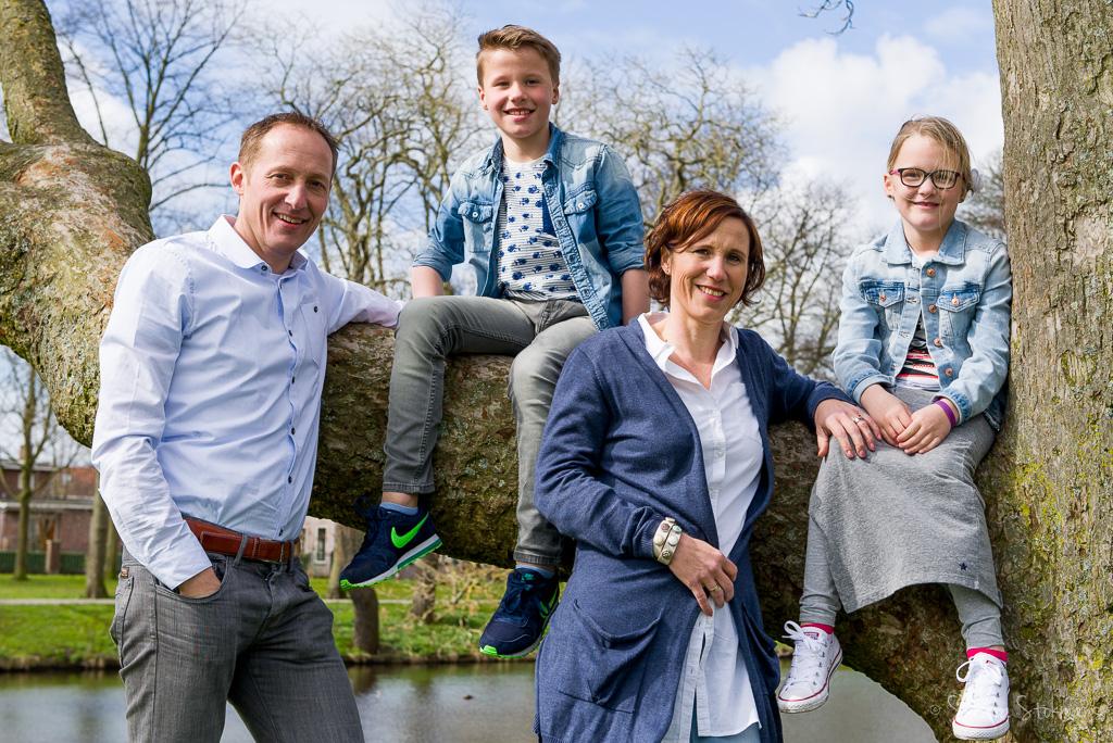 familie fotoshoot, familie portret in het park Rijnstroom in Alphen aan de Rijn, foto door Sandra Stokmans
