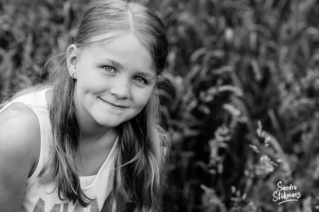 Buiten kinderportret meisje, foto door Sandra Stokmans Fotografie