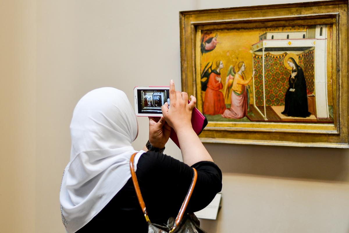 Moslima die Maria fotografeert met Iphone in Louvre, Parijs, reisfotografie Sandra Stokmans Fotografie