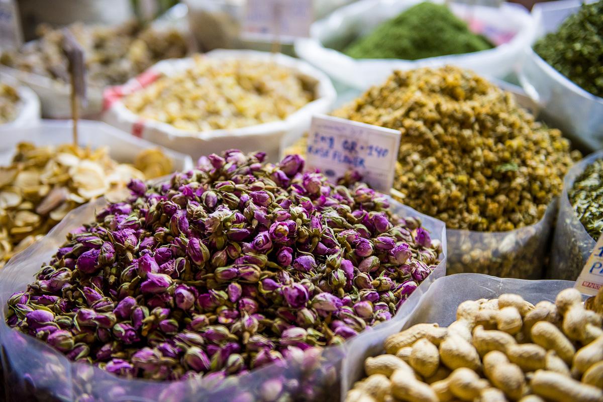 Prachtige kleurrijke kruiden, Souk, Qatar, editorial fotografie, reisfotografie Sandra Stokmans Fotografie