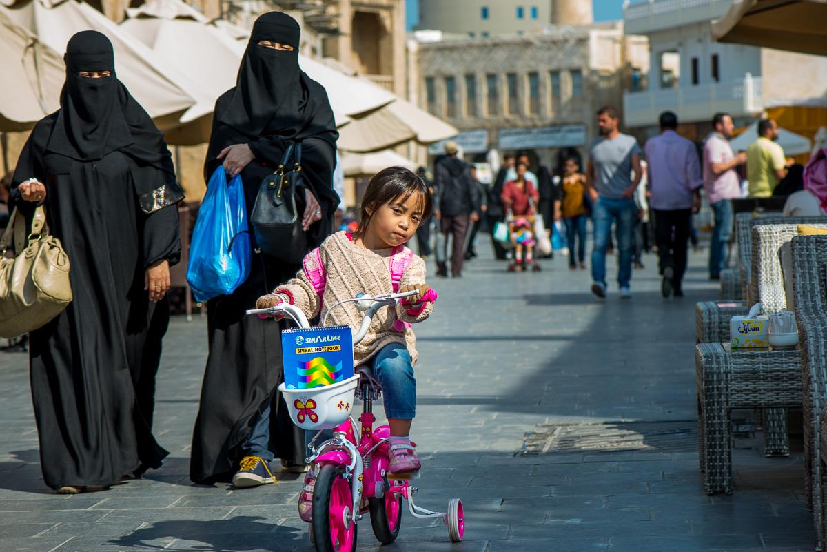 Meisje op een fiets in de Souk, Doha, Qatar, reisfotografie Sandra Stokmans Fotografie
