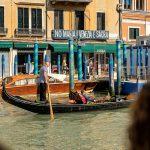 Bord dat zegt Geen Maffia, Venetië is heilig terwijl er gondela rit onder plaatsvind, Italië, reisfotografie Sandra Stokmans Fotografie