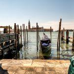 Uitzicht vanuit San Marco plein over het water met gondel ervoor, Venetië, Italië, reisfotografie Sandra Stokmans Fotografie
