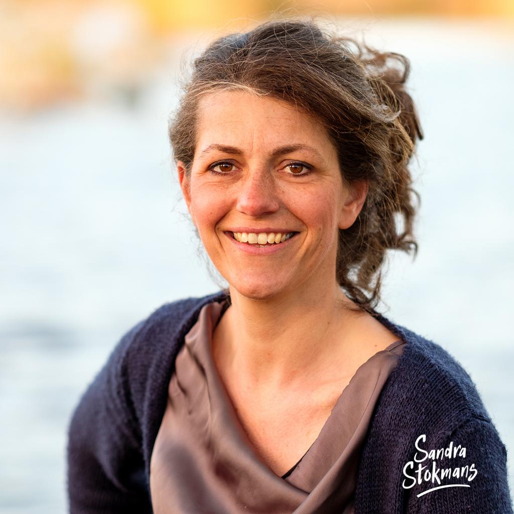 Zakelijke profielfoto, Portretfoto Ingrid, kindercoach en eigenaar van Ruimte voor IK, foto door Sandra Stokmans Fotografie