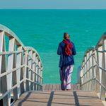 Muzikant Omar Sosa loopt naar zee toe, zakelijke fotografie, portretfotografie, Sandra Stokmans Fotografie