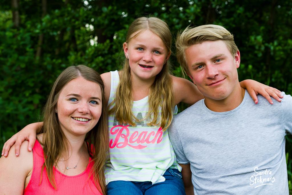 Familie foto van twee zussen en een broer voor vaderdag, foto door Sandra Stokmans