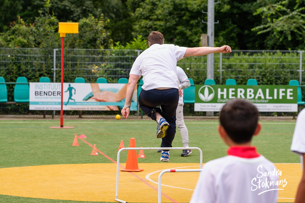 Foto reportage van Unit4 Cares Kids Sports Day in Rotterdam, baas sprint over hekje, foto door Sandra Stokmans Fotografie