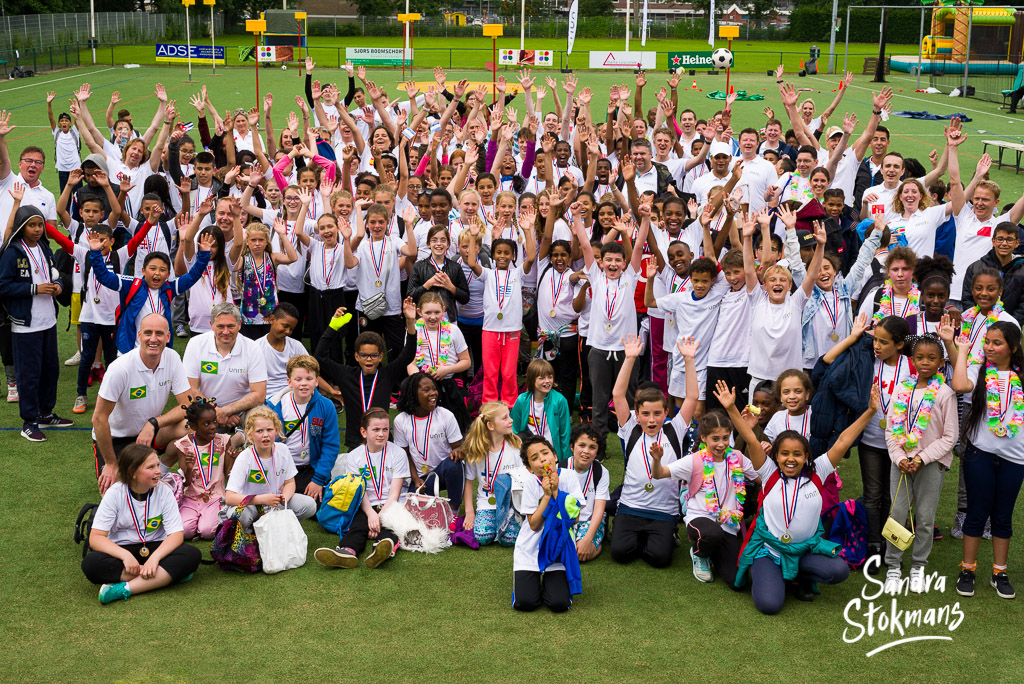 Groepsfoto uit de foto reportage van Unit4 Cares Kids Sports Day in Rotterdam, foto door Sandra Stokmans Fotografie