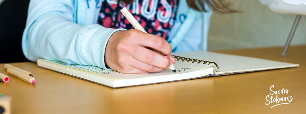 Kind dat tekent, functioneel beeldmateriaal, fotos voor website, editorial fotografie door Sandra Stokmans Fotografie