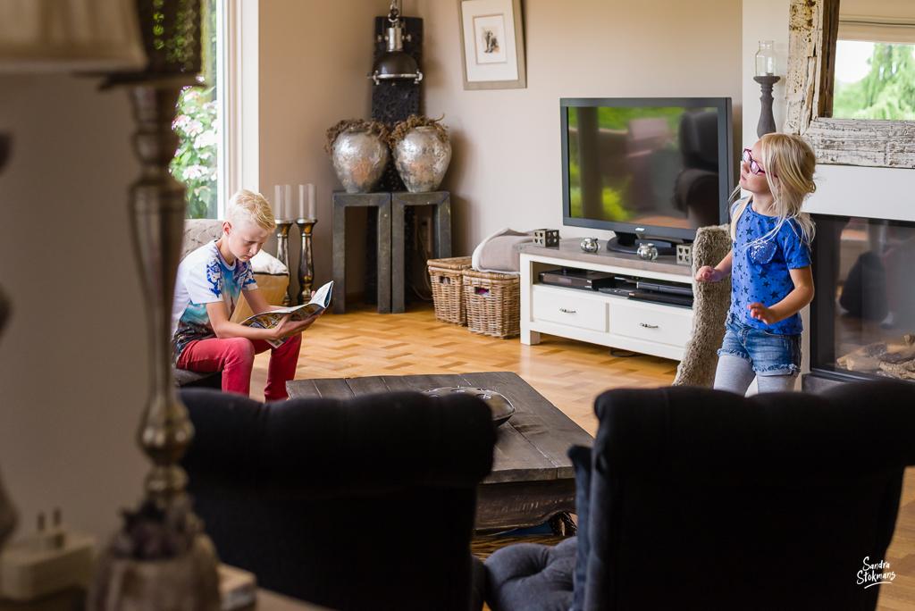 Day in the Life moment waarop meisje haar danspasjes oefent , documentaire familie fotografie, image by Sandra Stokmans Fotografie