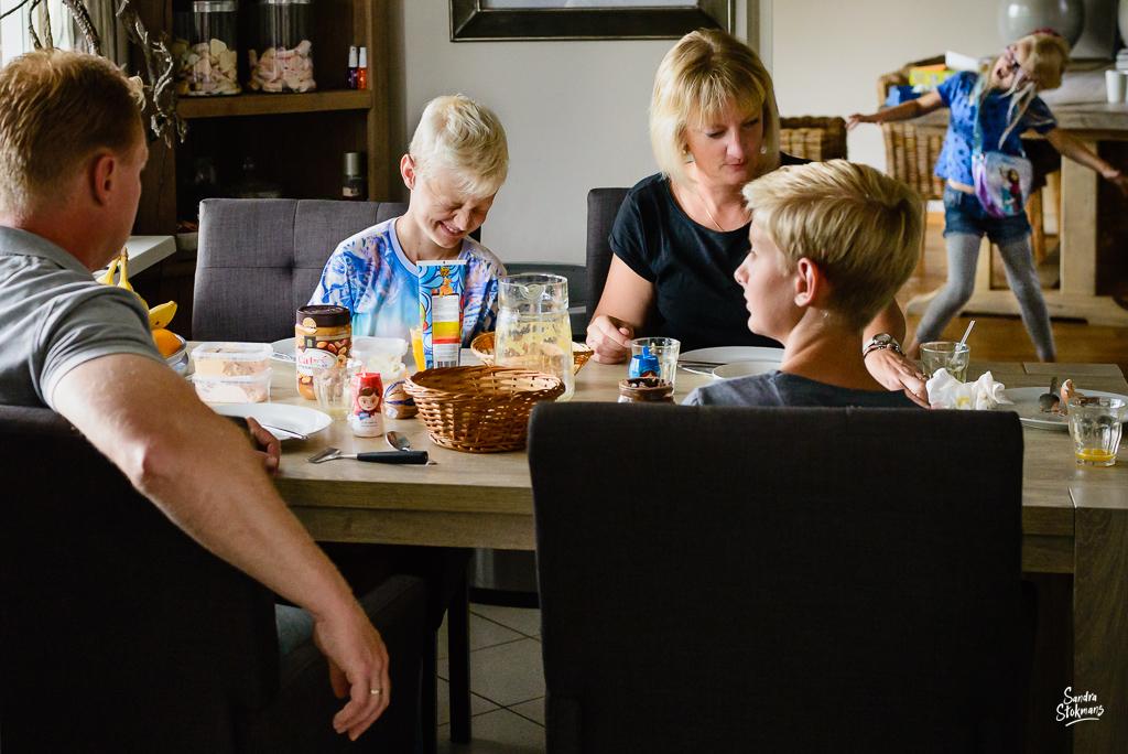 Day in the Life moment van gezin aan de ontbijt tafel, documentaire familie fotografie, image by Sandra Stokmans Fotografie