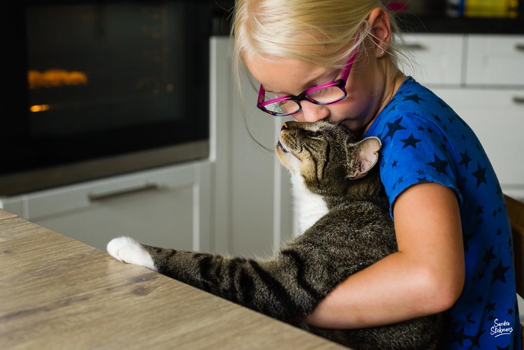 Day in the Life moment waarbij de connectie tussen meisje met haar kat is vastgelegd, documentaire familie fotografie, image by Sandra Stokmans Fotografie