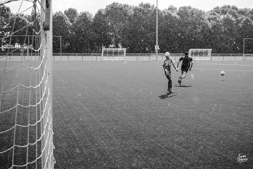 Day in the Life momenten voetballen in regen, documentaire familie fotografie, image by Sandra Stokmans Fotografie