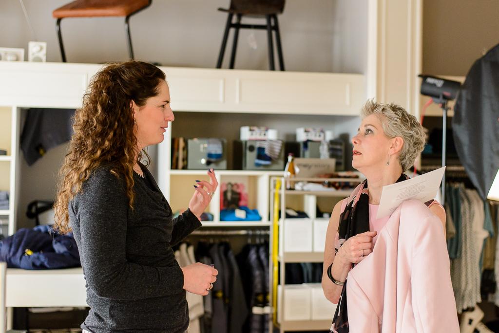 Reportage fotografie door Sandra Stokmans Fotografie. Mireille Poeisz legt een van de dames uit haar Vijftig Tinten Grijs project uit hoe ze beste kan poseren.