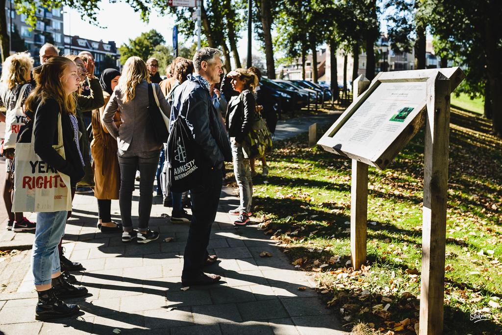Bij het Monument van Bezinning in Vlaardingen, Beeldreportage van een bijeenkomst van College van de Rechten van de Mens, beeldverslag zakelijke fotografie, image by Sandra Stokmans Fotografie