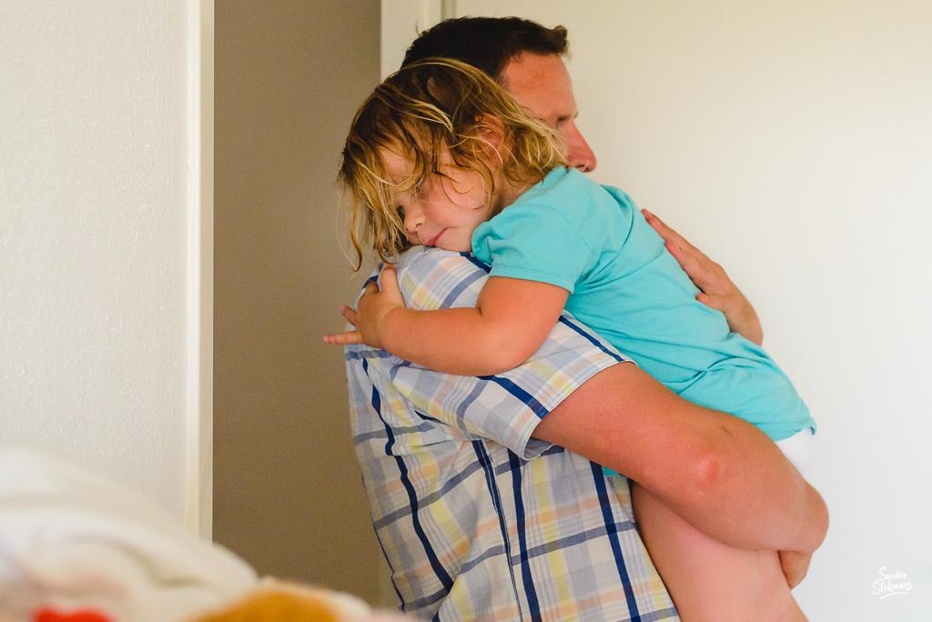 documentaire familie fotografie, Day in the Life, avondritueel knuffelen met Papa, image by Sandra Stokmans Fotografie