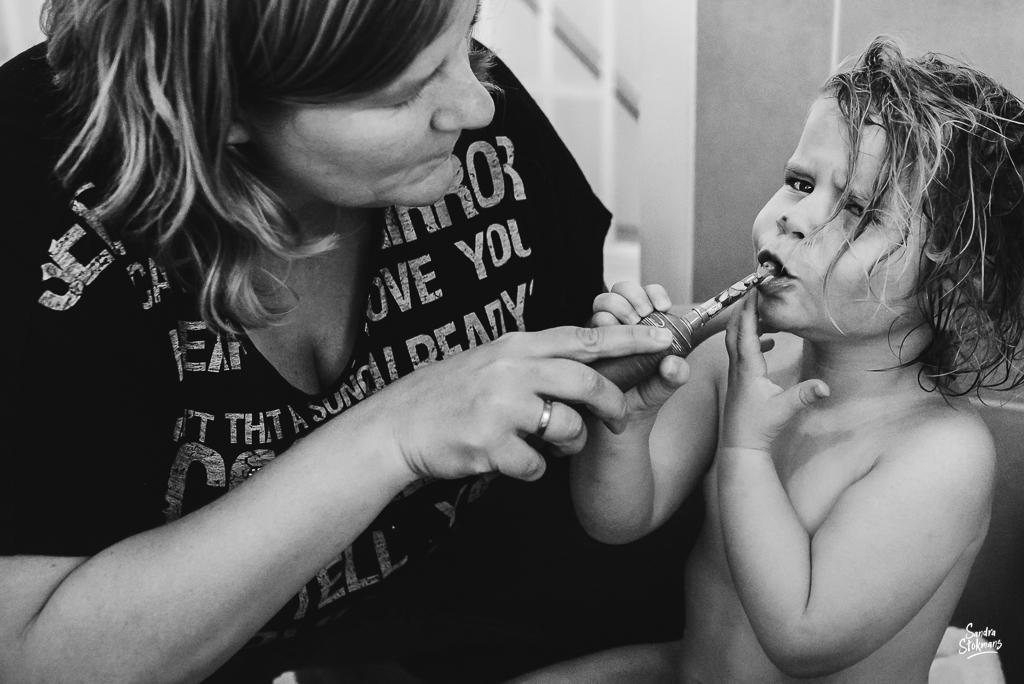 documentaire familie fotografie, Day in the Life, avondritueel tandenpoetsen, image by Sandra Stokmans Fotografie