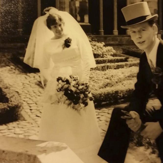 Oude trouwfoto 50 jaar geleden in de kloostertuin in Utrecht