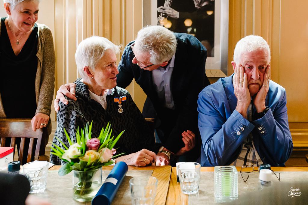 Begroeting tijdens lunch met familie in Bilthoven, bijzondere gebeurtenis fotograferen, documentaire fotografie, documentaire reportage, door Sandra Stokmans Fotografie