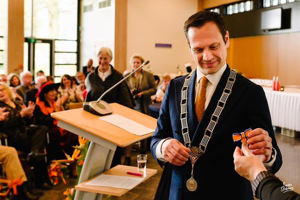 Lintje krijgen van de burgemeester, bijzondere gebeurtenis fotograferen, documentaire fotografie, documentaire reportage, door Sandra Stokmans Fotografie