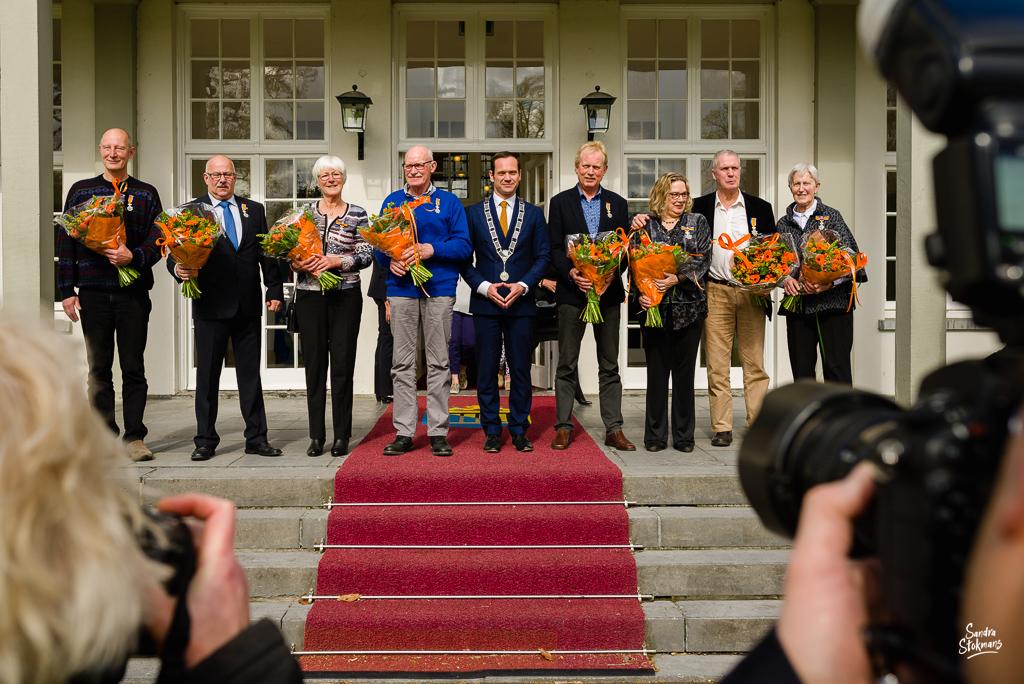 Op het bordes van het gemeentehuis in Bilthoven, bijzondere gebeurtenis fotograferen, documentaire fotografie, documentaire reportage, door Sandra Stokmans Fotografie