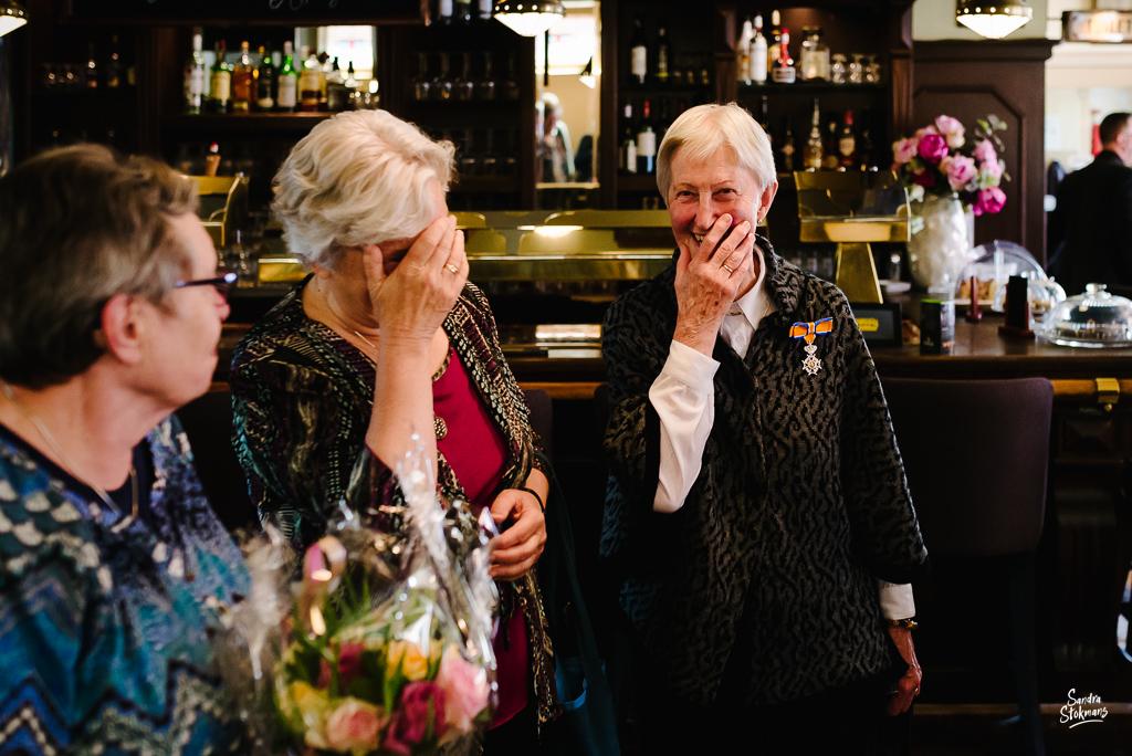 Binnenkomst tijdens lunch met familie in Bilthoven, bijzondere gebeurtenis fotograferen, documentaire fotografie, documentaire reportage, door Sandra Stokmans Fotografie