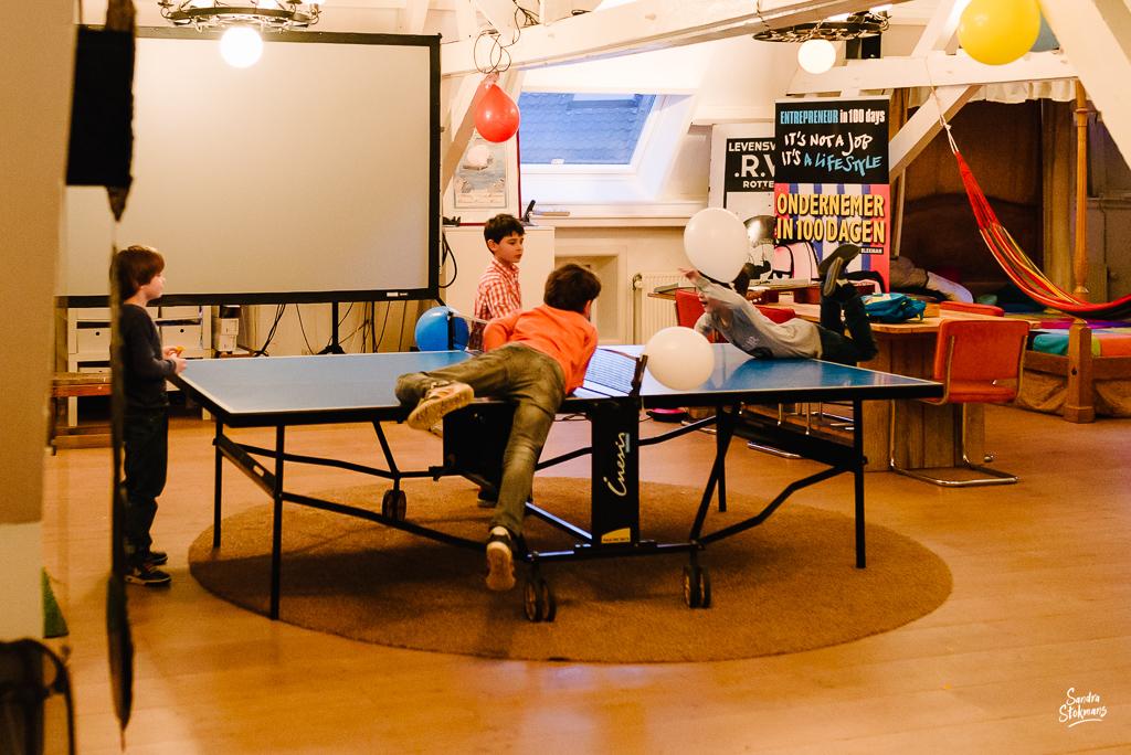 Fotograaf in Maarssen, fotoreportage tijdens verjaardagsfeest, jongens op de pingpong tafel, foto door Sandra Stokmans Fotografie