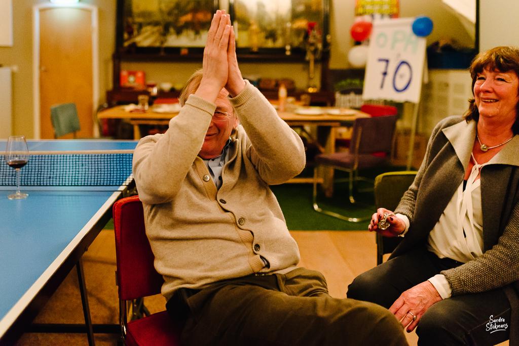 Fotograaf in Maarssen, fotoreportage tijdens verjaardagsfeest, trotse Opa, foto door Sandra Stokmans Fotografie