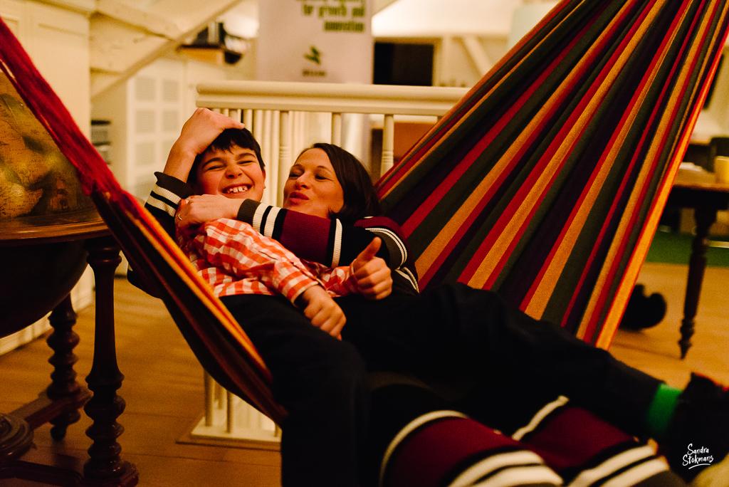 Fotograaf in Maarssen, fotoreportage tijdens verjaardagsfeest, heerlijk met mama in de hangmat, foto door Sandra Stokmans Fotografie