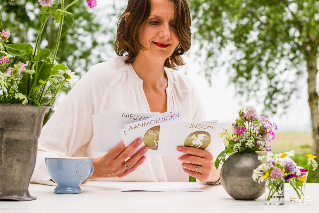 Buiten aan tafel close-up, gebruikmakend van het kaartspel de Assen van Verandering, foto's voor landingspagina door Sandra Stokmans Fotografie