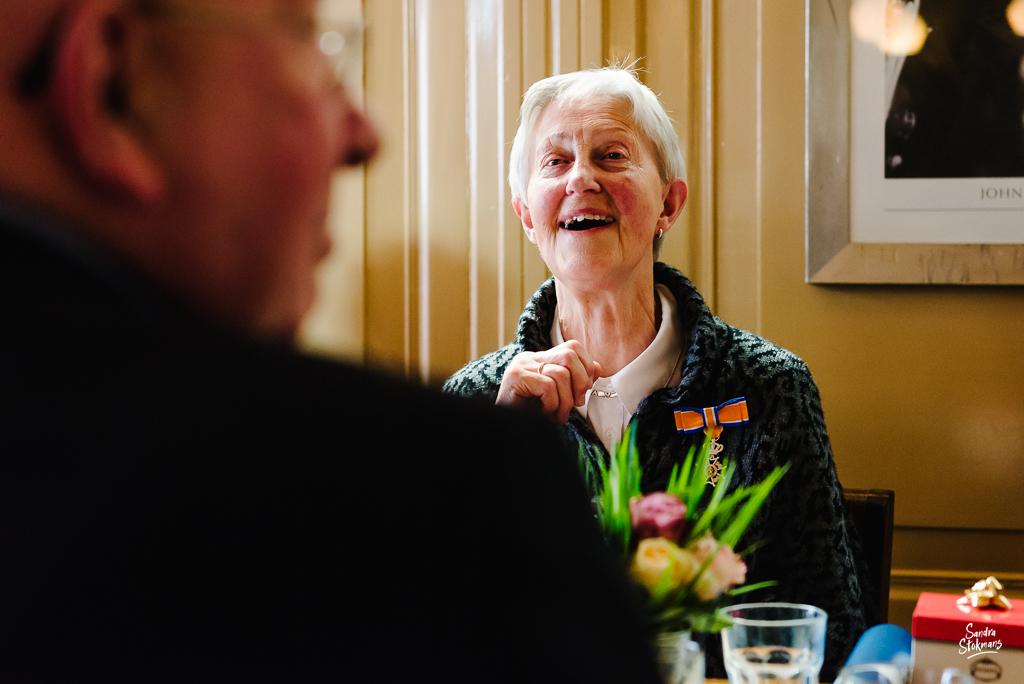 Luisteren naar speech tijdens lunch met familie in Bilthoven, bijzondere gebeurtenis fotograferen, documentaire fotografie, documentaire reportage, door Sandra Stokmans Fotografie