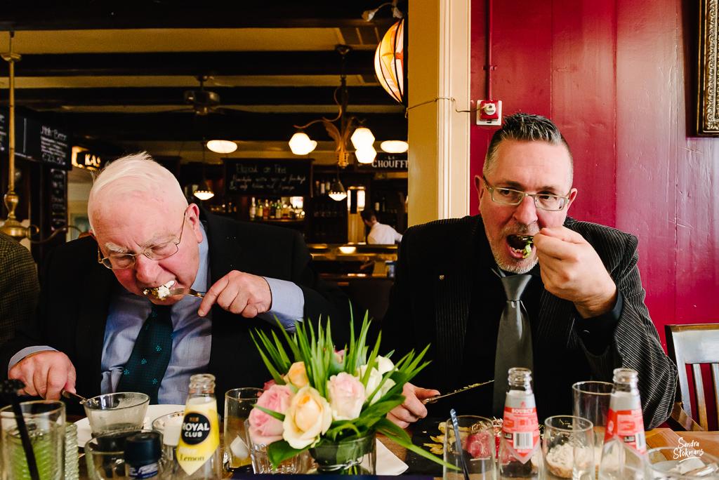 Man en zoon tijdens lunch met familie in Bilthoven, bijzondere gebeurtenis fotograferen, documentaire fotografie, documentaire reportage, door Sandra Stokmans Fotografie