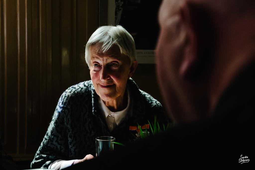 Portret tijdens lunchen met familie in Bilthoven, bijzondere gebeurtenis fotograferen, documentaire fotografie, documentaire reportage, door Sandra Stokmans Fotografie