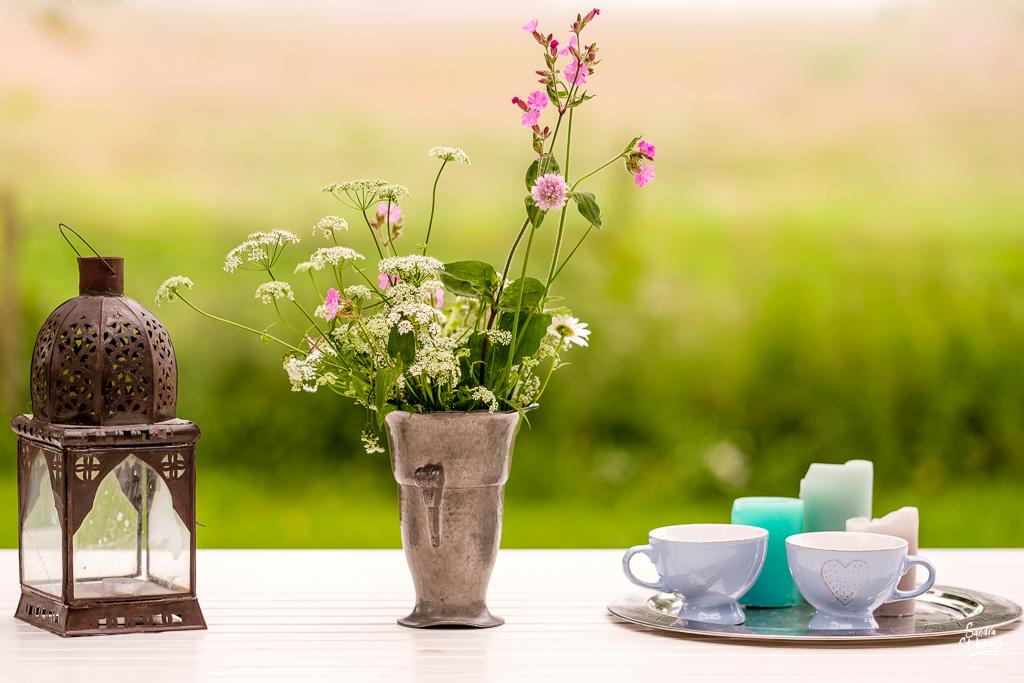 Prachtige bos bloemen op gestileerde tafel, foto door Sandra Stokmans Fotografie