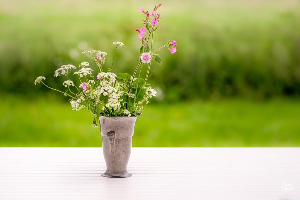Prachtige bos bloemen op tafel, foto door Sandra Stokmans Fotografie