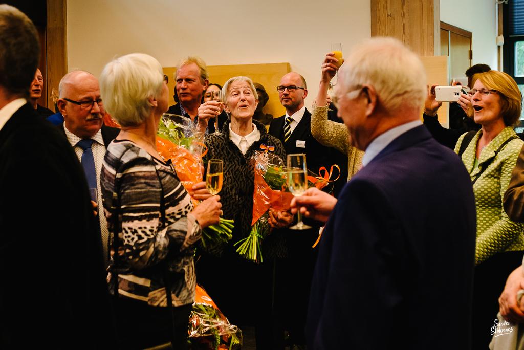 Zingen Wilhelmus na uitreiking lintjesregen in Bilthoven, bijzondere gebeurtenis fotograferen, documentaire fotografie, documentaire reportage, door Sandra Stokmans Fotografie