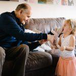 Doop fotograferen, gekkigheid met Opa, speciale Day in the life fotografie door Sandra Stokmans Fotografie
