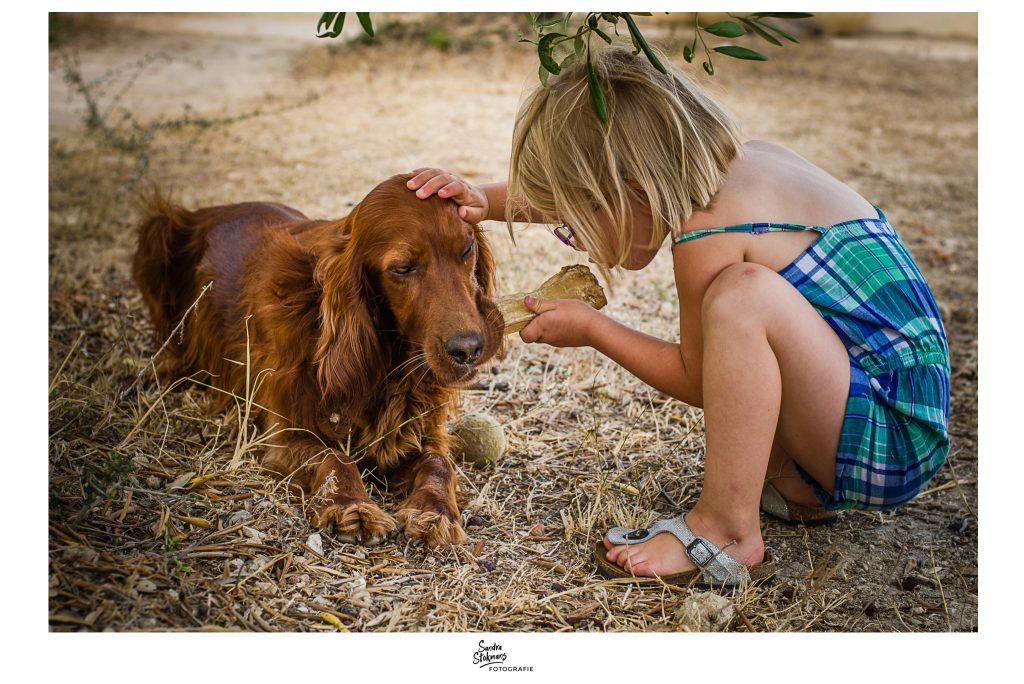 Dag uit het leven van onze huisdieren, Hond wil bot niet afstaan, foto door Sandra Stokmans Fotografie-documentaire familie fotografie