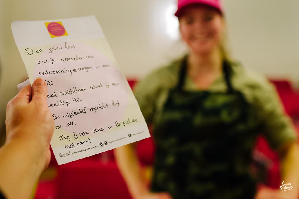 Evenementfotografie, een compliment geschreven door de compliment-verspreider tijdens de lancering Complimentenspel, foto door Sandra Stokmans Fotografie