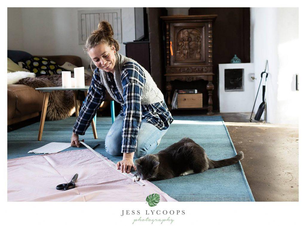 Kat helpt vrouwtje met meten, foto door Jess Lycoops, cat helps with measuring