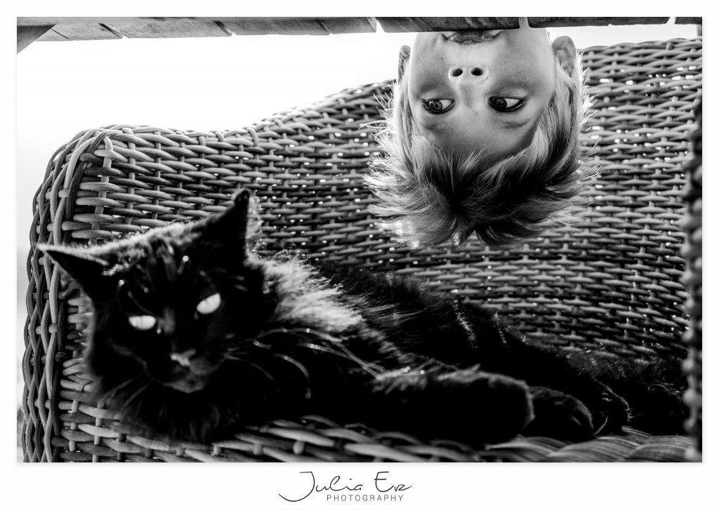 foto van een jongetje die naar kat kijkt van Julia Erz