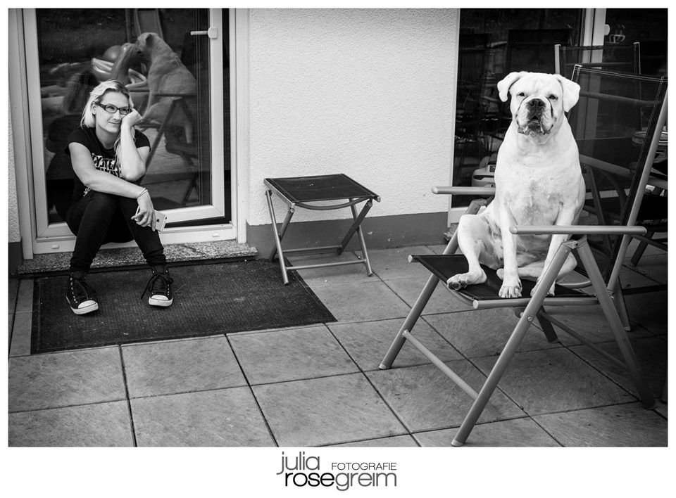 Hond zit op stoel en baasje en hond kijken verveeld, foto door Julia Rose-Greim Fotografie, Dog in chair looking really bored