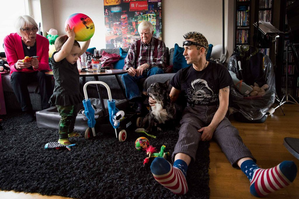 Kleine jongen met grote bal will met hond spelen in huiskamer, foto door Minna Ridderstolpe, Little boy with big ball wants to play with dog in living room