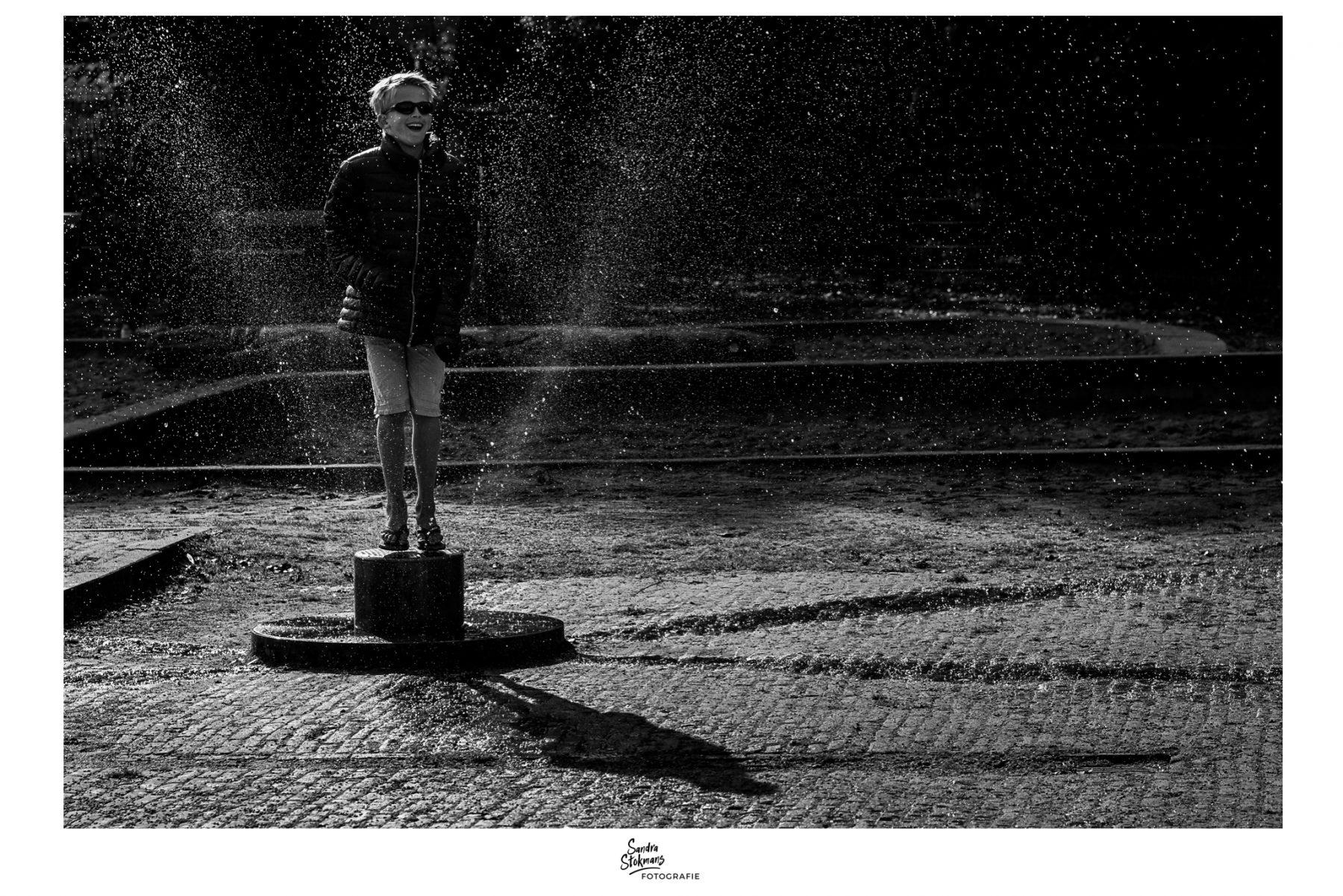 Fotografie project, Jongen speelt in het Julianapark in Utrecht, foto door Sandra Stokmans Fotografie