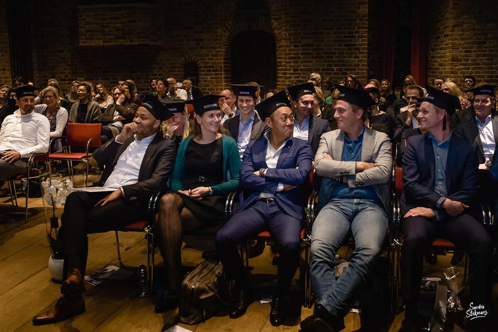 Deelnemers van de Diploma uitreiking fotograferen bij FMA opleiding van de Nyenrode Business University, evenement fotografie, event photography, foto door Sandra Stokmans Fotografie