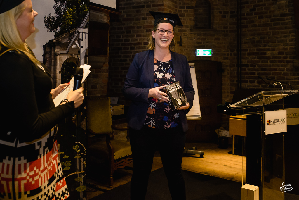 Afstudeer praatje, Diploma uitreiking fotograferen bij FMA opleiding van de Nyenrode Business University, evenement fotografie, event photography, foto door Sandra Stokmans Fotografie